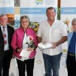 Der Geiersthaler Bürgermeister Anton Seidl (li.) und Landrätin Rita Röhrl gratulierten den neuen Ehrenamtskarteninhabern aus Geiersthal. Foto: Langer/Landkreis Regen