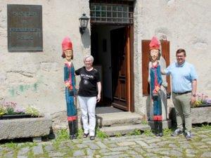 Unser Bild zeigt Landrätin Rita Röhrl, am Eingang des Fressenden Hauses, bei der Übergabe der Grenadiere an Bürgermeister Andreas Kroner. Foto: Langer/Landkreis Regen