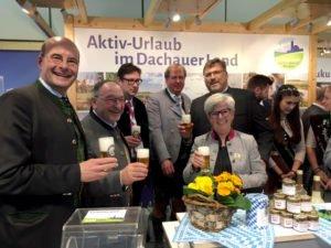 Auf eine erfolgreiche Messe stieß Landrätin Rita Röhrl mit einigen Kollegen und Verantwortungsträgern an. Foto: Unnasch/Arberland REGio