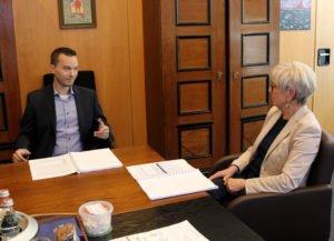 Unser Bild zeigt Christoph Friedl und Landrätin Rita Röhrl im Gespräch. Foto: Langer/Landkreis Regen