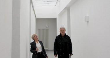 Landrätin Rita Röhrl und Architekt Georg Oswald freuen sich, dass der helle Tageslichtgang Schüler und Gäste begeistert. Foto: Langer/Landkreis Regen