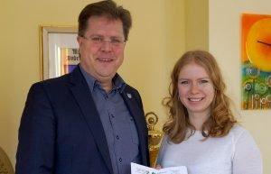 Unser Bild zeigt Bürgermeister Joachim Haller und Natalie Walter, Geschäftsstellenleiterin der Gesundheitsregion plus Arberland. Foto: Fritz