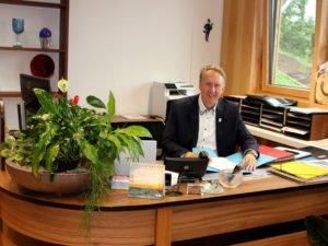 Unser Bild zeigt Helmut Plenk hinter dem Schreibtisch im Landratsbüro. Foto: Langer/Landkreis Regen