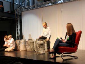 Minimalistisches Bühnenbild - hier mussten die Schüler mit Schauspielkunst überzeugen, was ihnen sichtbar auch gelang. Foto: Langer/Landkreis Regen