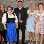 Damen in Tracht: Dass den Gästen auch ein Dirndl gutsteht, davon konnte sich der Bayerisch Eisensteiner Bürgermeister Charly Bauer überzeugen.