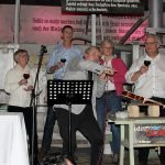 Beim Glockenspiel mit Weingläsern unterhielten Frank Keller, Landrätin Rita Röhrl, Landrat Olaf Levonen, die erste Kreisrätin Evelin Wißmann und Bürgermeistersprecher Wolfgang Moegerle die Gäste.