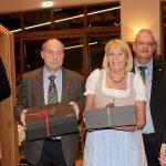 Dank an die Organisatoren in Hildesheim: Ingrid Mellin (4.v.li.) und Uwe Hasse (3.v.li.) haben die Fahrt ins Arberland geplant. Dafür bedankte sich Landrätin Rita Röhrl (re.) mit Landrat Olaf Levonen (li.) und Bürgermeistersprecher Wolfgang Moegerle.