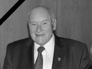 Der Tod von Ernst Hinsken erfüllt auch viele Menschen im Landkreis Regen mit Trauer. Foto: Langer/Landkreis Regen