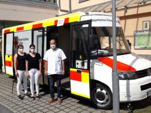 Unser Bild zeigt Dr. Flavius Spinean mit den BRK-Mitarbeitern Stefanie Naujoks Isabel Werner. Foto: Brücklmayer/Impfzentrum Regen