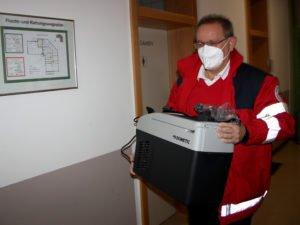 Alfred Aulinger brachte den Impfstoff in einem Spezialkühlschrank in das BRK Senioren Wohn- und Pflegezentrum Viechtach.. Foto: Langer/Landkreis Regen