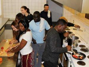 Die Vorbereitungen laufen auf Hochtouren, so haben Veronika Probst und einige Asylbewerber schon Probegekocht. Foto: Langer/Landkreis Regen