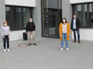 Die stellvertretende Schulleiterin Barbara Reith (li.) und Schulleiter Artur Baumann (2.v.li.) freuen sich, dass Kathrin Zitzelsberger als JaS-Fachkraft an der Schule ist. Unterstützt wird die JaS-Arbeit von Dirk Opitz, der die Arbeit der Fachkräfte koordiniert. Foto: Langer/Landkreis Regen