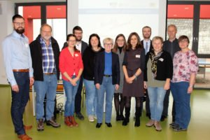Sie vertraten den Landkreis und die Regierung bei der niederbayerischen Fachtagung Jugendsozialarbeit an Schulen (von links): Dirk Opitz (Kommunaler Jugendpfleger), Franz Wölfl (JaS-Fachkraft an der Schule am Weinberg/SFZ Regen), Awital Choppé (JaS-Fachkraft am SFZ Viechtach), Maximilian Bäumler (JaS-Fachkraft an der MS Viechtach), Hilde Kreuzer (JaS-Fachkraft an der GS Regen), Landrätin Rita Röhrl, Ulrike Ebner (Schulleitung MS Regen), Andrea Burghart (JaS-Fachkraft an der MS Regen), Nikolaus Stuewer (Fachberatung JaS bei der Regierung Niederbayern), Kathrin Binder (Gruppenleitung BSA im Kreisjugendamt), Jugendamtsleiter Martin Hackl und stellvertretende Jugendamtsleiterin Irmgard Weikl. Foto: Langer/Landkreis Regen