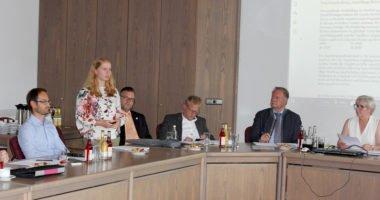 Natalie Walter (stehend) berichtete von der Arbeit der Gesundheitsregion plus Arberland. Foto: Langer/Landkreis Regen