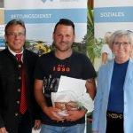 Bürgermeister Alois Wenig (li.) und Landrätin Rita Röhr gratulierten Robert Sperl. Foto: Langer/Landkreis Regen