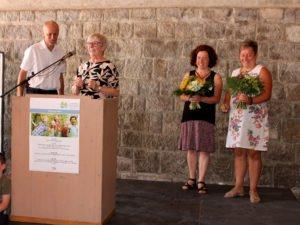 Mit dem Jugendamtsleiter Martin Hackl bedankte sich die Landrätin Rita Röhrl bei Elisabeth Mies und Kathrin Binder für die Arbeit bei Koki. Foto: Langer/Landkreis Regen