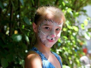 Besonders beliebt war wieder einmal das Kinderschminken. Foto: Langer/Landkreis Regen