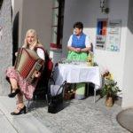 Die singende Bürgermeisterin Josefa Schmid spielte zur Begrüßung auf. Foto: Langer/Landkreis Regen