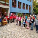 Ein Lied zur Begrüßung gab es in der Grundschule. Foto: Langer/Landkreis Regen