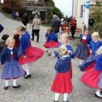 Einen Tanz zeigten die Kinder vom Heimat- und Volkstrachtenverein. Foto: Langer/Landkreis Regen