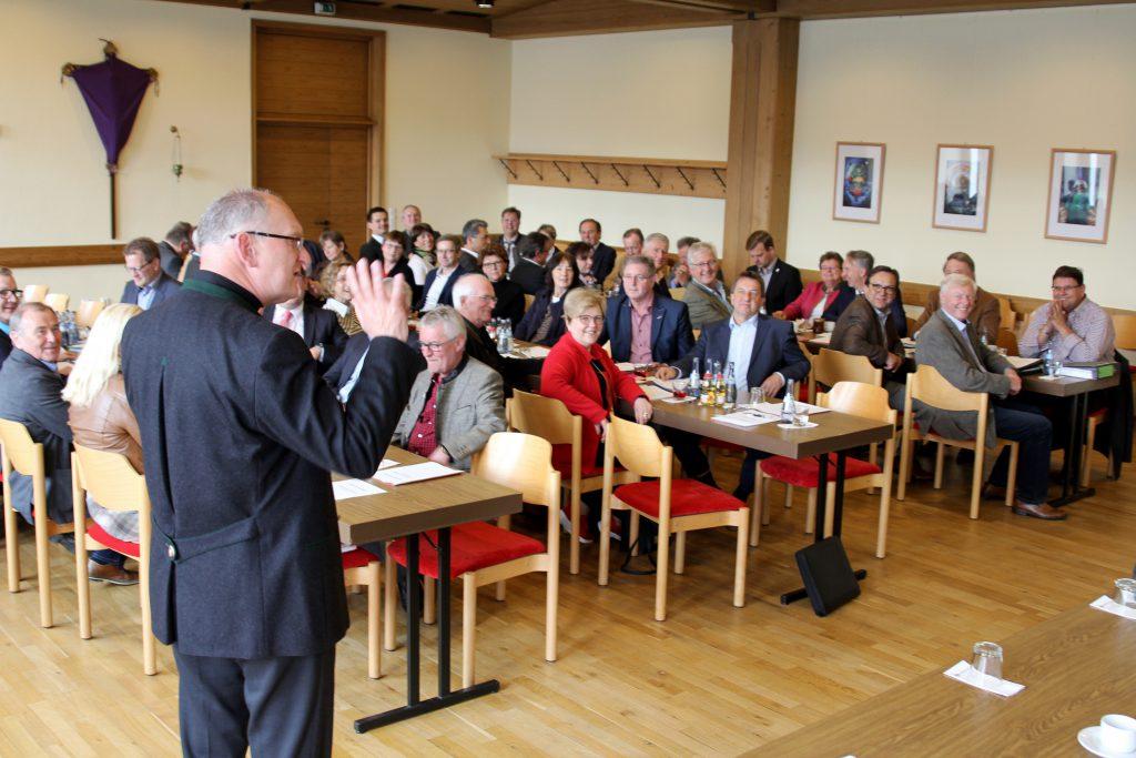 Prälat Ludwig Limbrunner begrüßte die Kreisräte im Pfarrsaal Regen. Foto: Heiko Langer/Landkreis Regen