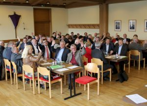 Alle Hände gingen hoch, einstimmig wurde der Kreishaushalt 2019 verabschiedet. Foto: Heiko Langer/Landkreis Regen