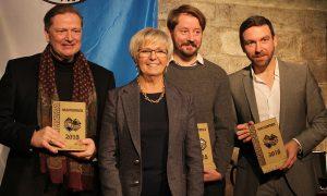 Das Bild zeigt Landrätin Rita Röhrl mit den Preisträgern (v.li.) Reinhold Schmidt, Johannes M. Haslinger und Thorsten Skringer. Fotos: Langer/Landkreis Regen