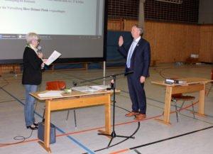 Landrätin Rita Röhrl vereidigte ihren Stellvertreter Helmut Plenk. Foto: Langer/Landkreis Regen