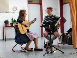 Antonia und Martin Hammerla umrahmten die Feier musikalisch. Foto: Langer/Landkreis Regen