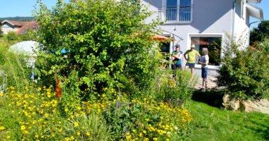 Sibylle (li.) und Michael Achatz erklären Rosemarie Wagenstaller, wie der Garten aufgebaut ist. Foto: Eder/Landkreis Regen