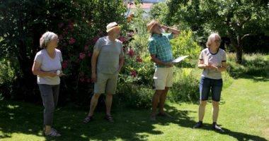 Im Garten von Elisabeth (li.) und Josef Weinhuber (2.v.li.) gab es für Klaus Eder und Rosemarie Wagenstaller viel zu sehen. Foto: Langer/Landkreis Regen