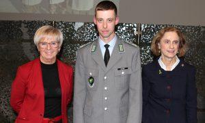 Unser Bild zeigt die Redner, v.li.: Landrätin Rita Röhrl, Kommandeur Germar Lacher und Bürgermeisterin Ilse Oswald. Foto: Langer/Landkreis Regen