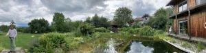 Nicole und Hans Nicklas fühlen sich richtig wohl in ihrem Familien-Naturgarten mit artenreicher Bepflanzung und natürlichem Schwimmteich. Foto: Langer/Landkreis Regen