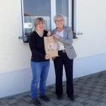 Unser Bild zeigt Landrätin Rita Röhlr (re.) bei der Übergabe des Geschenkes an Dagmar Pfeffer in Zachenberg. Foto: Josef Neumaier/Landkreis Regen
