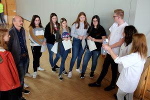 Unser Bild zeigt eine Schülergruppe aus der Realschule Viechtach mit dem Sozialamtsleiter Horst Kuffner und Natalie Walter, der Geschäftsführerin der Gesundheitsregionplus Arberland, bei der Station Inkontinenz. Foto: Langer/Landkreis Regen