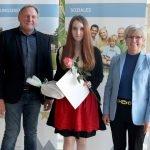 Bürgermeister Willi Dietl und Landrätin Rita Röhrl (re.) gratulierten Alexandra Baumgartner.