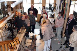 Alois Pinzl, der Vorsitzende des Handwerkervereins Viechtach führte die Senioren durch das Handwerkermuseum Viechtach. Foto: Langer