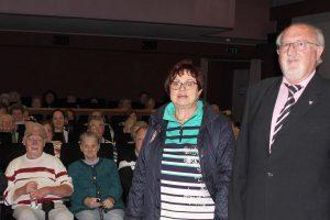 Die Kreisseniorenbeauftragte Christine Kreuzer und der stellvertretende Landrat Erich Muhr begrüßten die Senioren im Lichtspielhaus Viechtach. Foto: Langer/Landkreis Regen