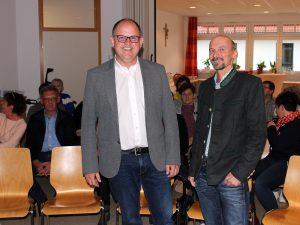 Nach der Begrüßung durch den Sozialamtsleiter Horst Kuffner (re.) referierte Franz Lobmeier über Vorsorgevollmacht und Patientenverfügung. Foto: Langer/Landkreis Regen