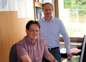 Die Rechnungsprüfer Roland Wölfl und Michael Reiter (re.) hatten auch 2019 viel zu tun. Foto: Langer/Landkreis Regen