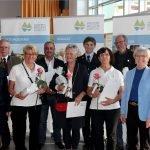 Bürgermeisterin Ilse Oswald (li.) und Landrätin Riat Röhrl (2.re.) gratulierten den neuen Ehrenamtskarteninhabern aus der Stadt Regen. Foto: Langer/Landkreis Regen