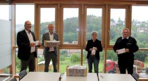 Gerhard Knößlsdorfer und Marco Rösler übergaben die Masken an Rita Röhrl und Hans Richter. Foto: Langer/Landkreis Regen