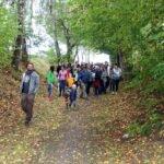 Das ganze Dorf war auf den Beinen. Die Jury wurde von vielen Menschen auf ihren Rundgang begleitet. Foto: Langer/Landkreis Regen