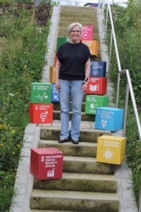 Landrätin Rita Röhrl mit den Nachhaltigkeitszielen des Landkreises Regen. Foto: Langer/Landkreis Regen