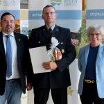 Bürgermeister Werner Troiber (li.) gratulierte mit Landrätin Rita Röhrl zur Ehrenamstkarte. Foto: Langer/Landkreis Regen