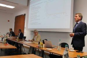 Michael Kastner (links, IFE) und Professor Markus Brautsch (re.) informierten auf Einladung der Landrätin Rita Röhrl (3.v.li.) die Bürgermeister. Im Bild, 2.v.li.: Hauptamtsleiter Günther Weinberger. Foto: Langer
