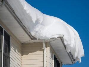 Schnee ist nicht gleich Schnee, je nach Witterung ist er leichter oder schwerer. Ob ein Dach geräumt werden muss, das ergibt sich aus der Zusammensetzung. Foto: oldmn/AdobeStock