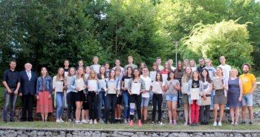 Unser Bild zeigt die ausgezeichneten Schüler mit den Lehrkräften und dem stellvertretenden Landrat Erich Muhr (2.v.li.). Foto: Langer/Landkreis Regen