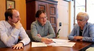 Unser Bild zeigt (v.li.) die staatlichen Rechnungsprüfer Michael Reiter und Roland Wölfl mit Landrätin Rita Röhrl. Foto: Langer/Landkreis Regen