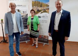 Dietmar Jakob vom Campus Grafenau war einer der Referenten, die von Christine Kreuzer und Helmut Plenk (re.) begrüßt wurden.